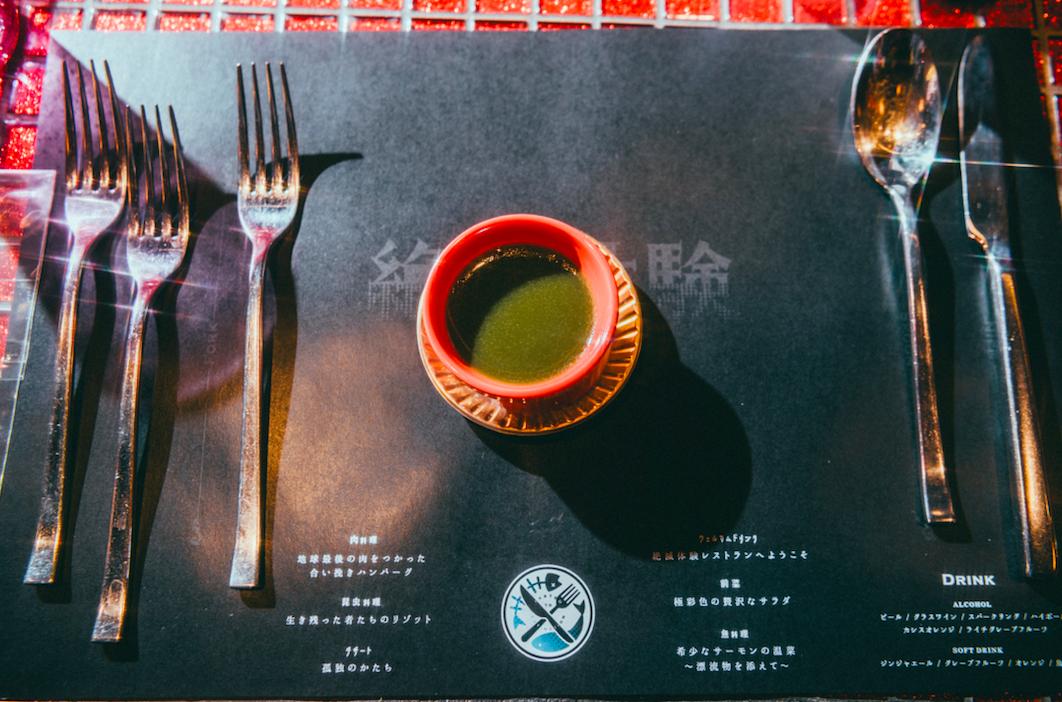 最後の食事は、もう何もなくなってしまった地球を表現したデザート「孤独のかたち」。