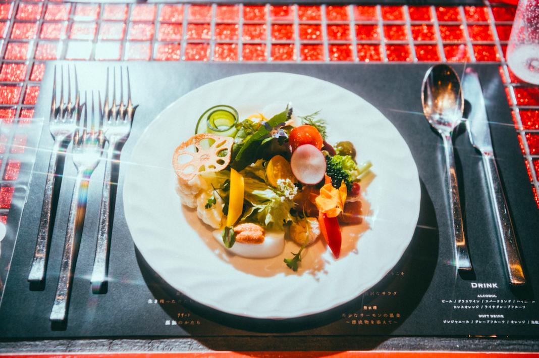 前菜「極彩色の贅沢なサラダ」は、現代の繁栄を表現している。