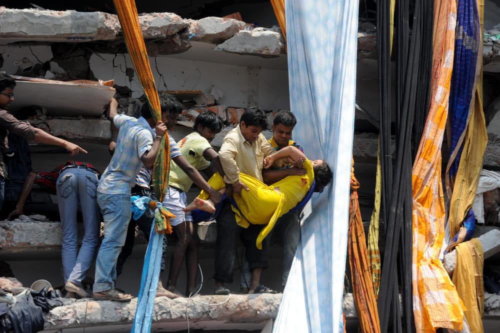 救出される女性従業員