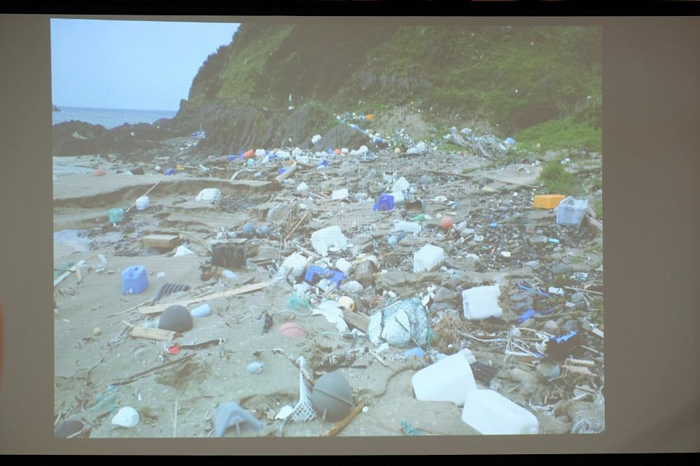 長崎県の無人島に漂着したゴミ。拾いに行くことはできない。