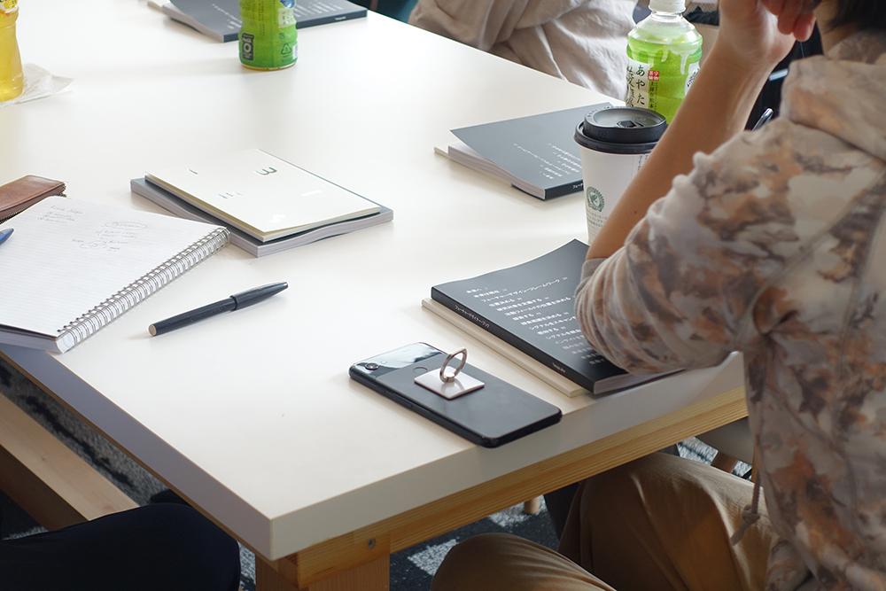 参加者一人ひとりにFutures Designのペーパーブックが配られる