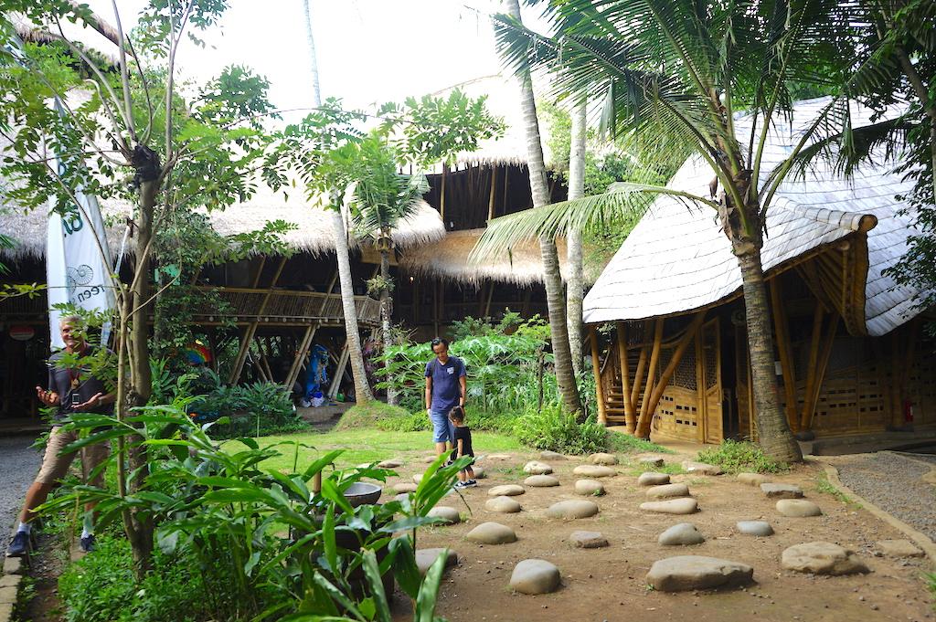 竹林の中にある学校。遊具も竹でできている