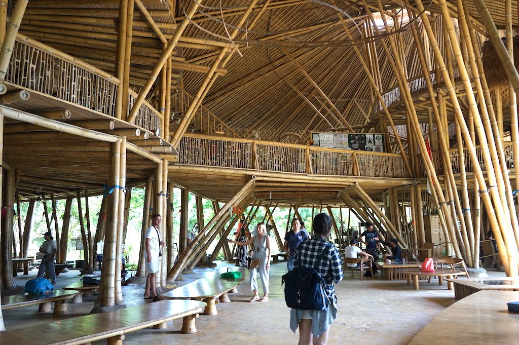 壁のない竹でできた教室