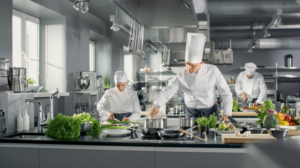 AI技術で改善されたメニューを調理をするシェフ
