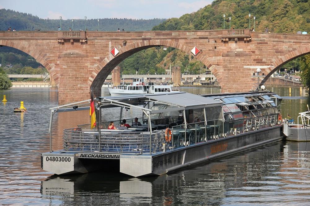ソーラー船と後方に見える水門