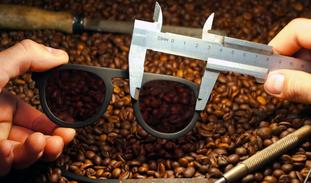 コーヒーかすからできた生分解可能なサングラス「Ochis」