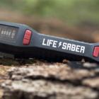 災害時のスマホ電源確保に。手動で発電できる便利デバイス「LIFESABER」