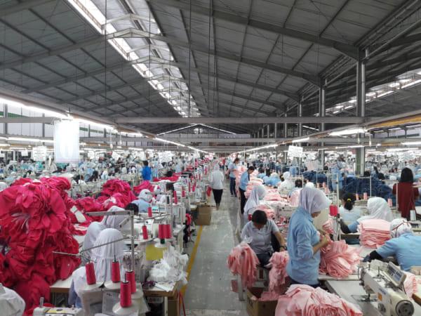 裁縫工場で働く人々