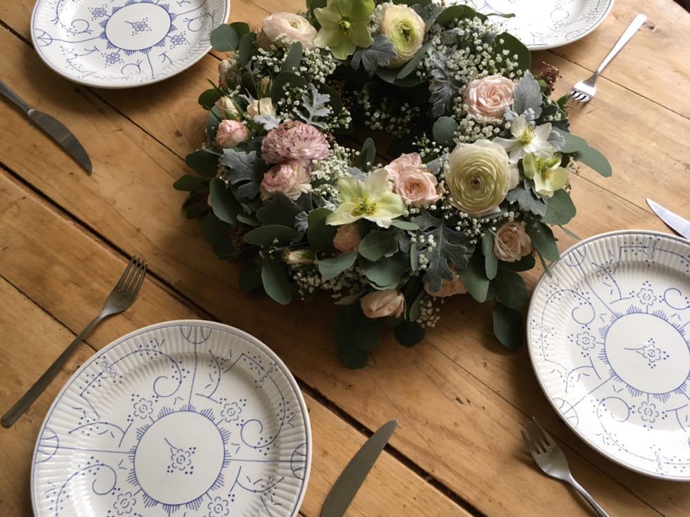 食卓の真ん中には花