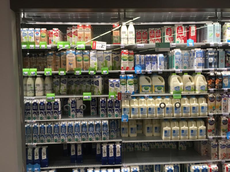 左側(緑のプライスカード)がオーガニック商品、右側(その他)が通常商品。