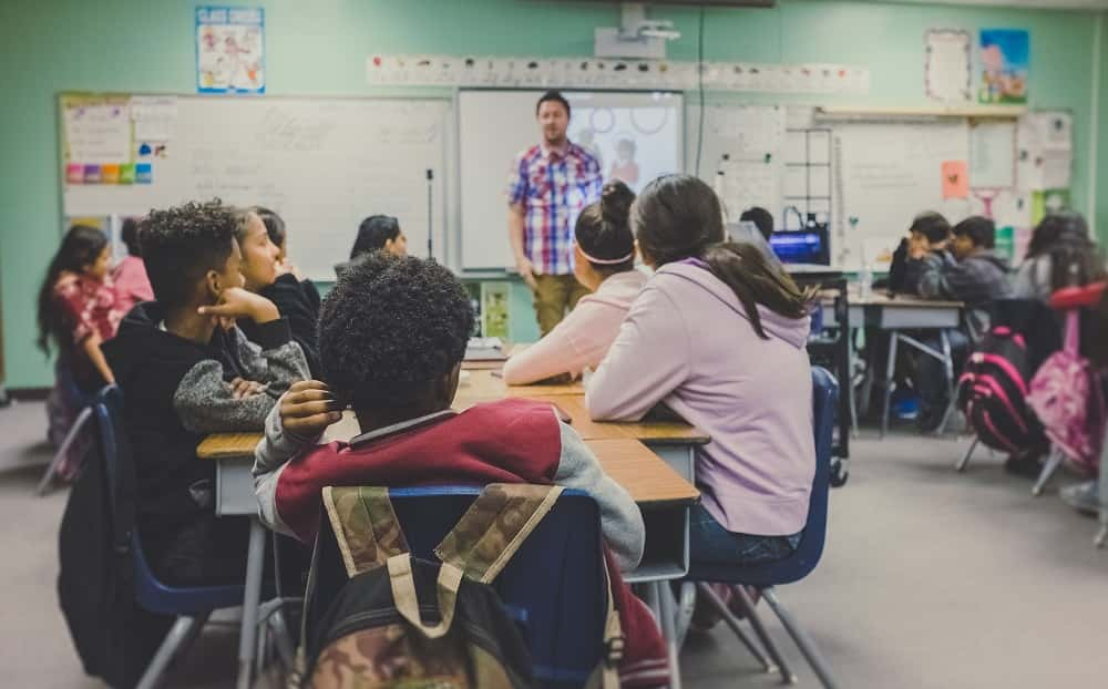 教室に座る子供たち