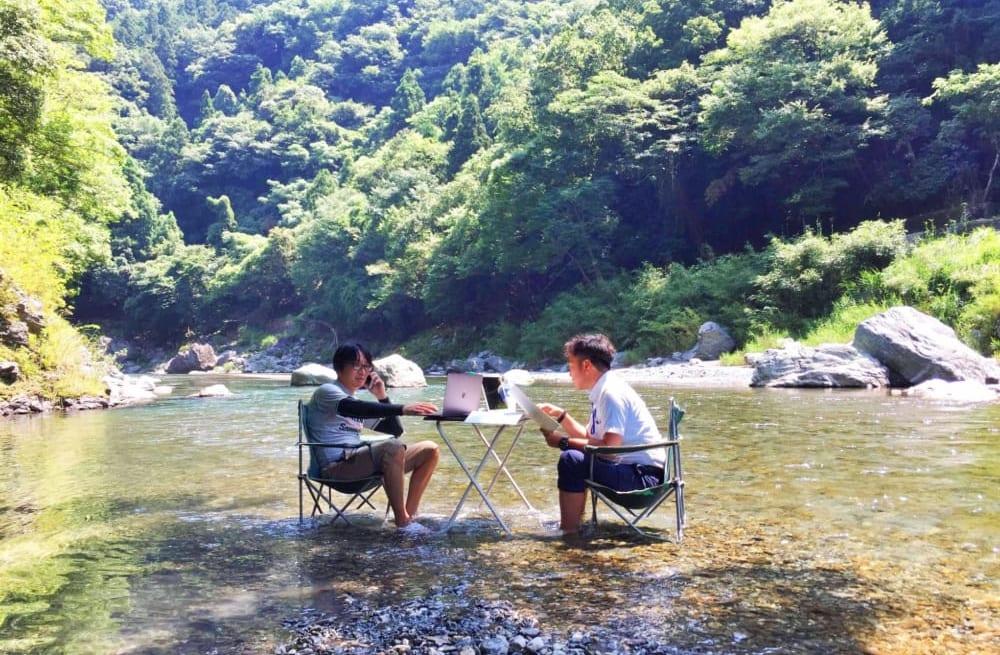 美馬市の吉野川でミーティングをする人々