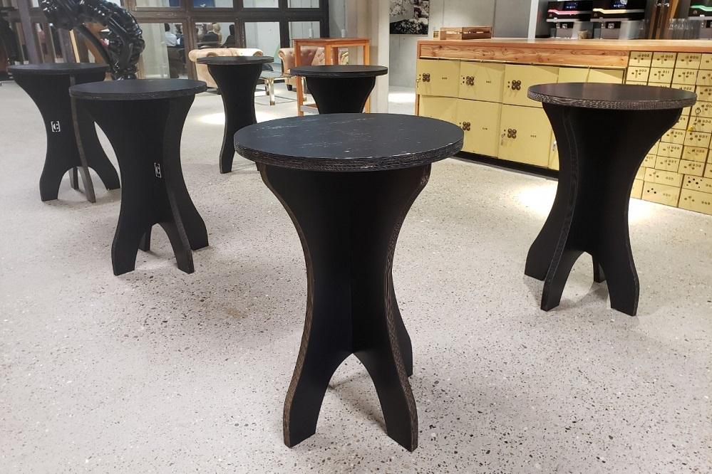 ダンボールでできたカフェテーブル