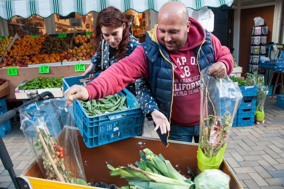 食品廃棄を集めるTBYWのボランティア Image via TBYW