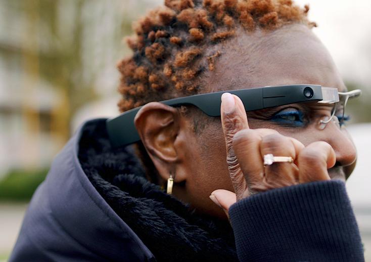 グーグルとオランダEnvisionが視覚情報を音声で知らせてくれるAIメガネを開発