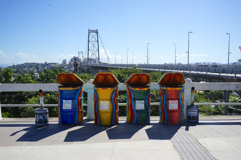 エルシリオ ルース橋前に設置してあるカラフルなゴミ箱