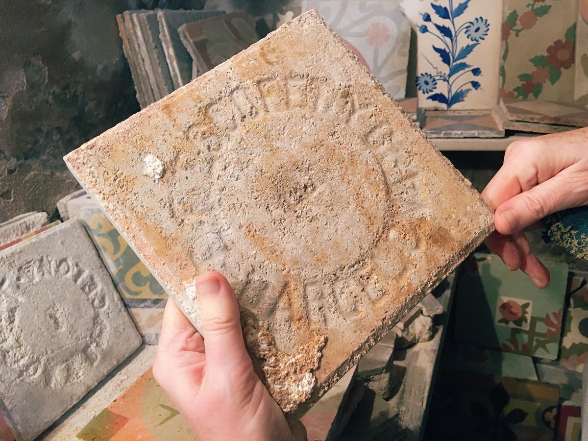 タイルの裏側に掘られたメーカーのロゴ