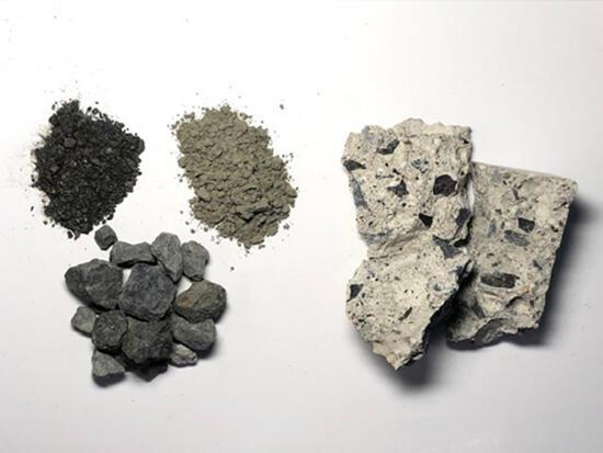 一般的なコンクリートの例(右)と材料(左:セメント、砂と砂利)