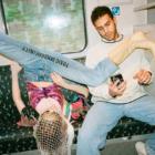 電車やバスで足を広げないで。「有害な男らしさ」と向き合うベルリンのファッションプロジェクト