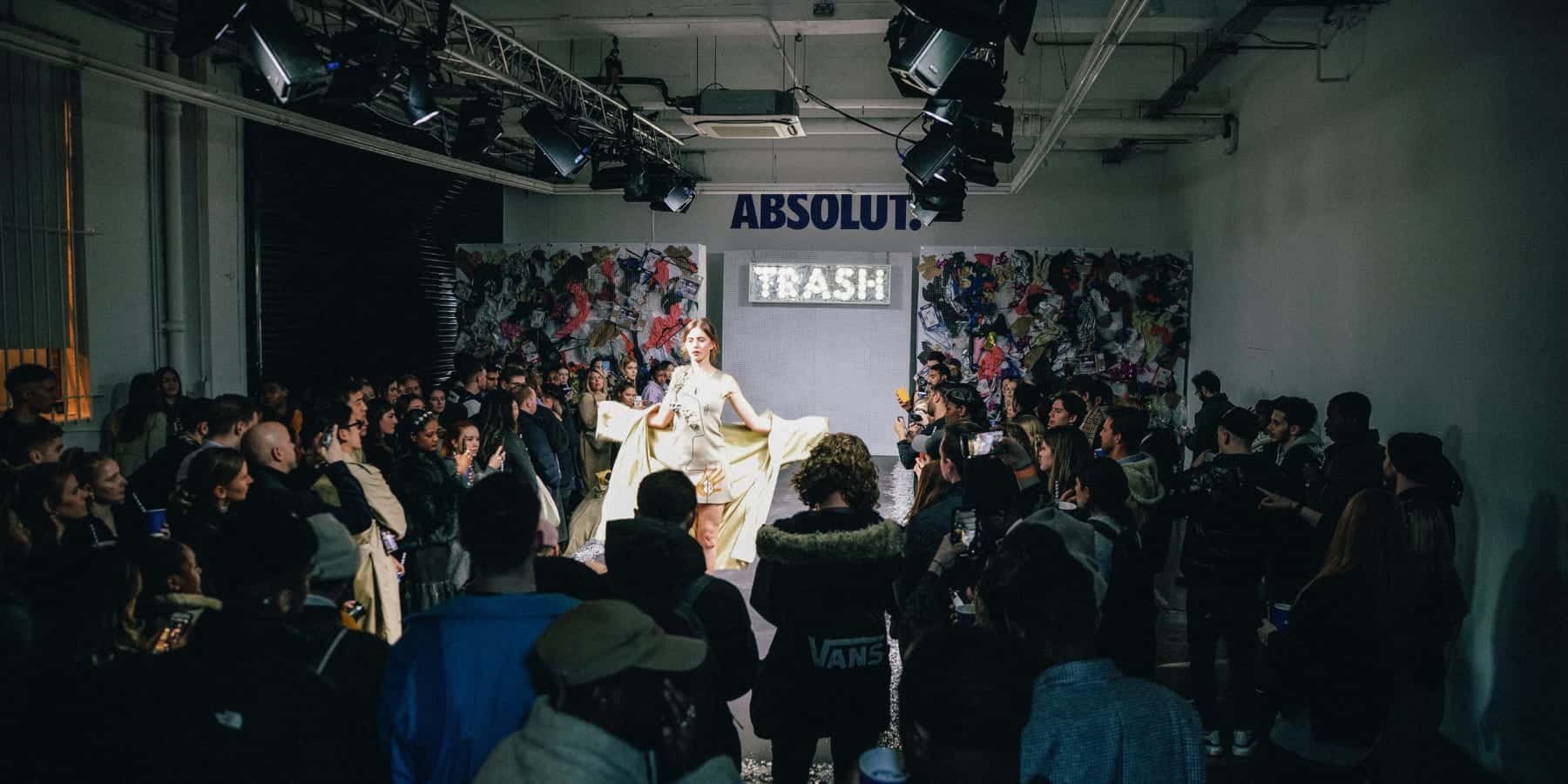 地元の海洋廃棄物から作られたランウェイ、ロンドンファッションウィークで登場