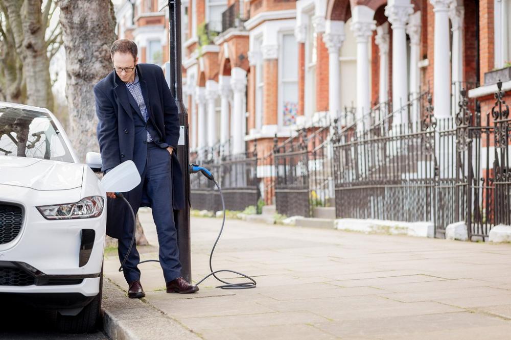 街灯が電気自動車の充電スポットに変身。「電気通り」 誕生