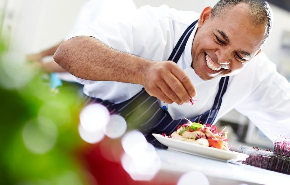 新型コロナで困る料理人が、家庭への出張シェフとして働けるプログラム