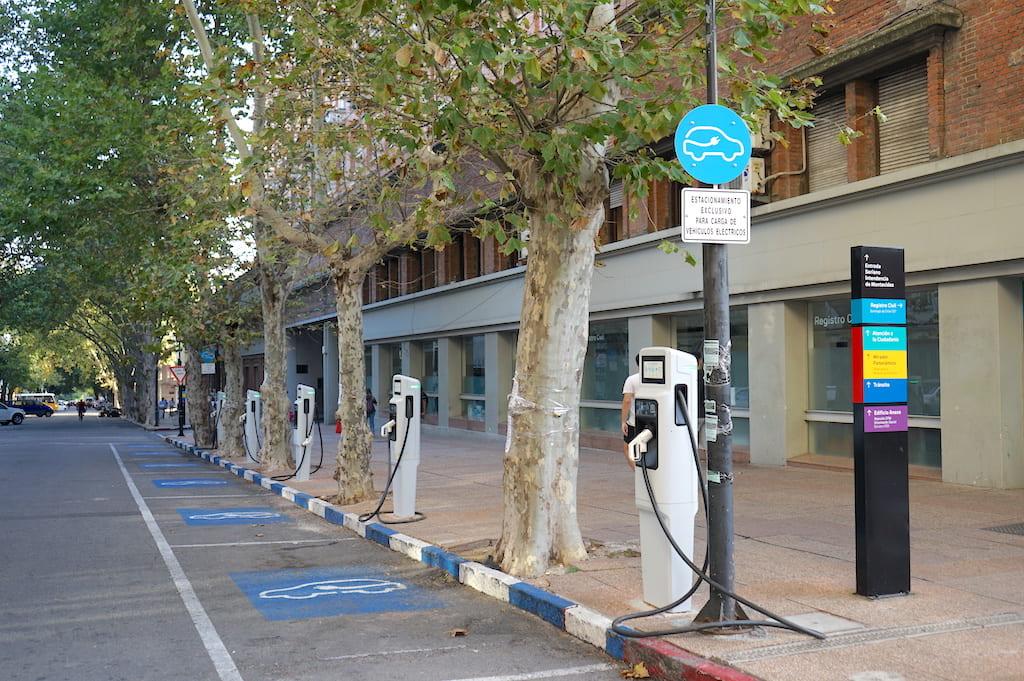 道路脇に設置してある電気自動車用の充電スタンド