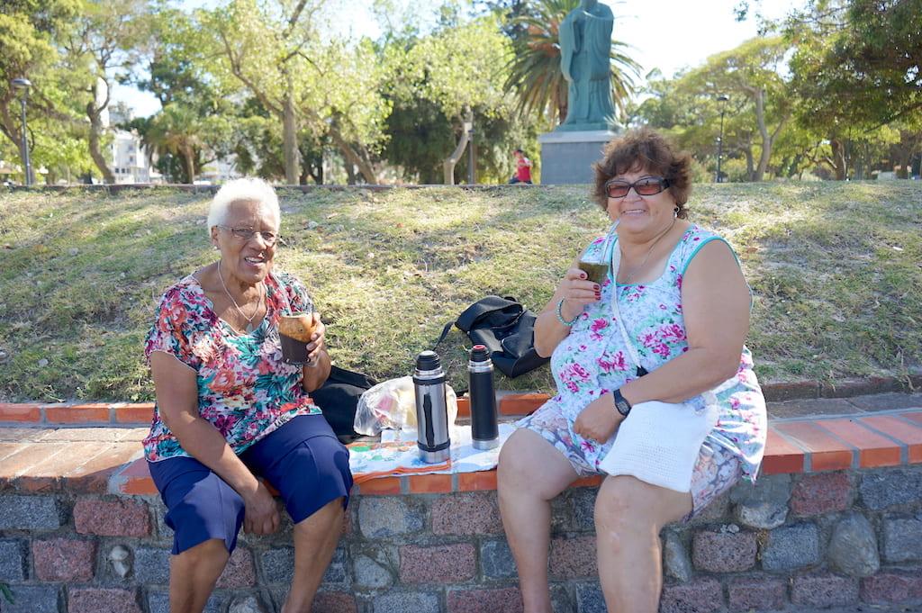 公園でマテ茶を飲みながらくつろいでいる人々