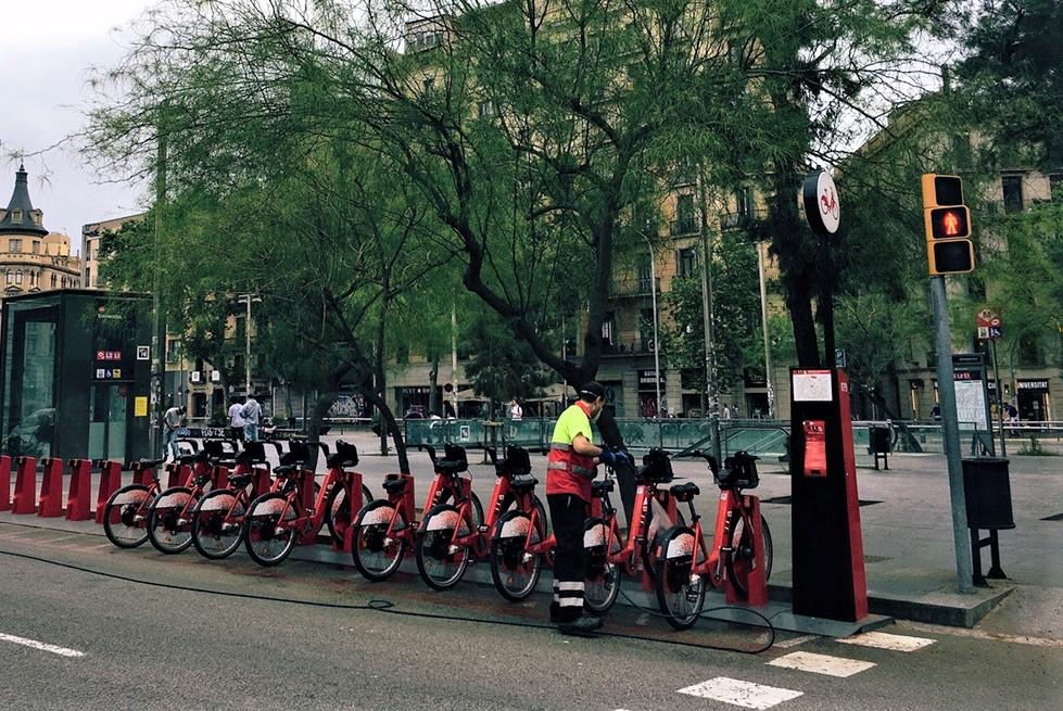 自転車サイクリングポートと清掃スタッフ