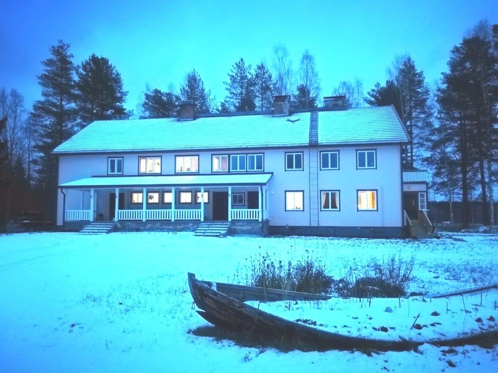 雪の中にある小学校