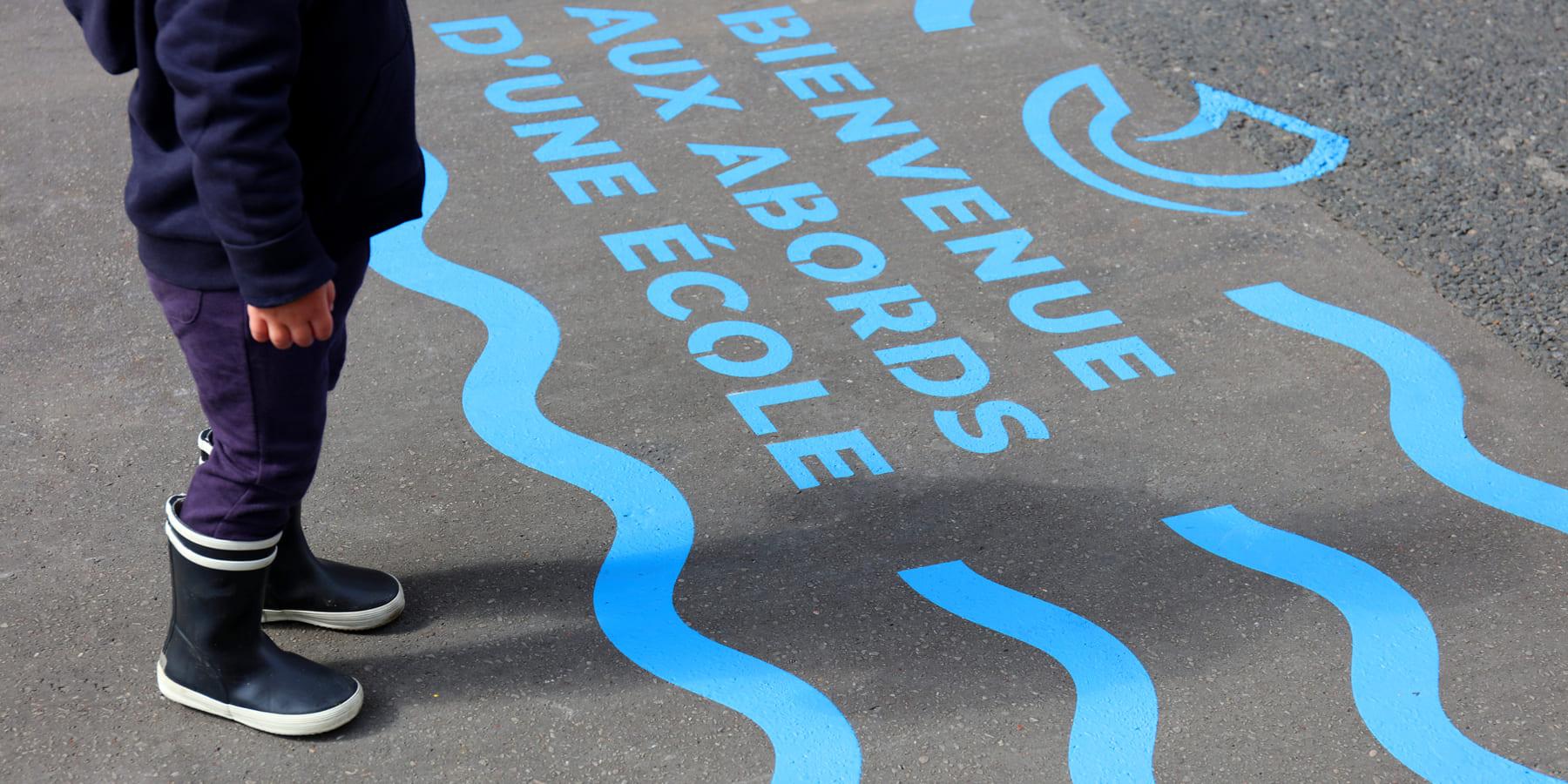 大人も子どもも安心。ソーシャルディスタンスを示す、パリのストリートアート