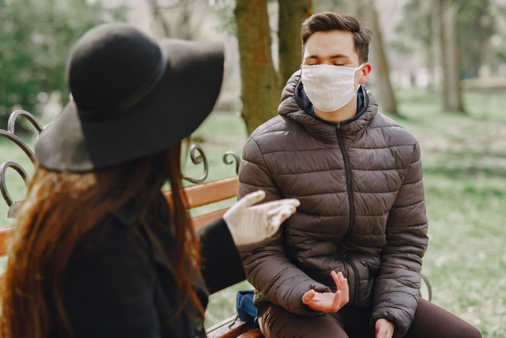 マスクを着用して会話する2人