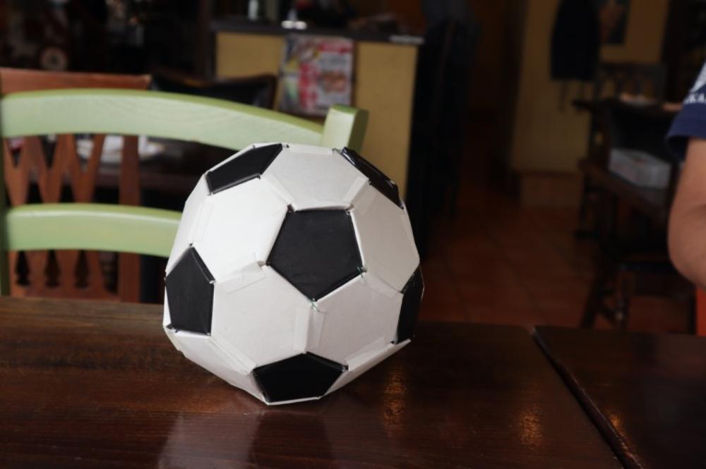 地元のサッカースクールの生徒が牛乳パックで作ったサッカーボール募金箱