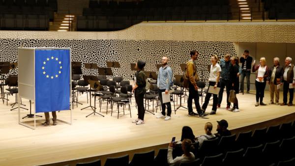エルプフィルハーモニーコンサートホールのステージでの投票