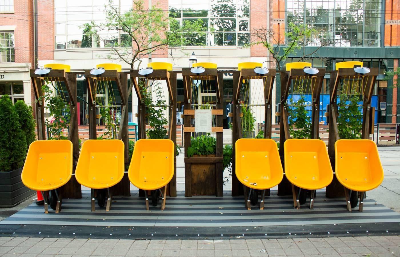 手押し車をベンチに。コロナ禍のトロントで生まれた公共サーキュラーデザイン