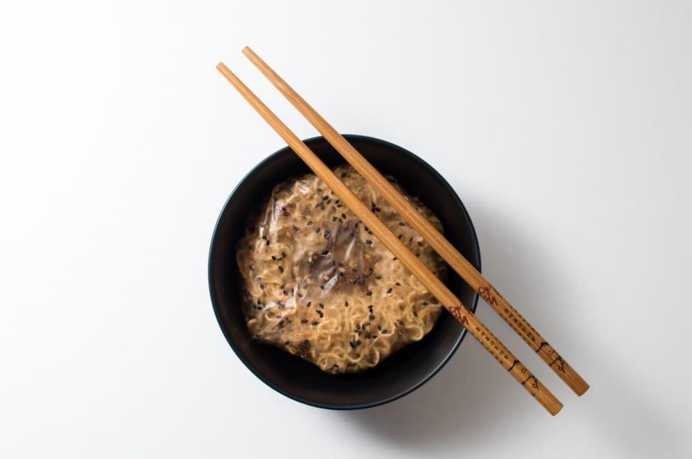 溶かして食べられる包装。UKの学生が開発したラーメンスープになるパッケージ