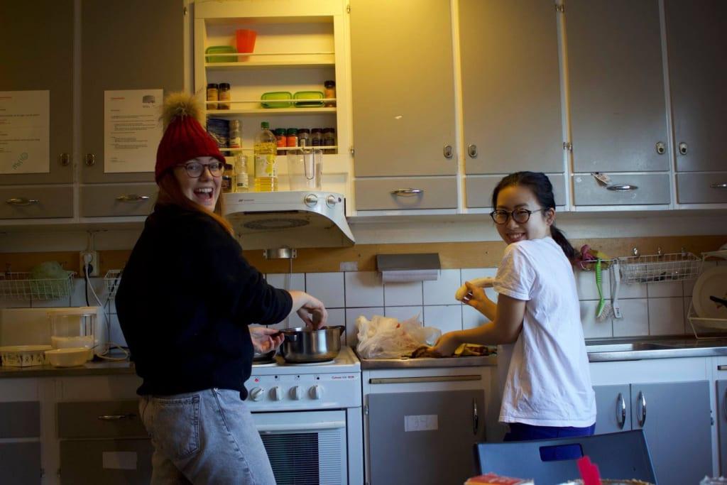 留学中にバナナケーキを作っているまゆいさん