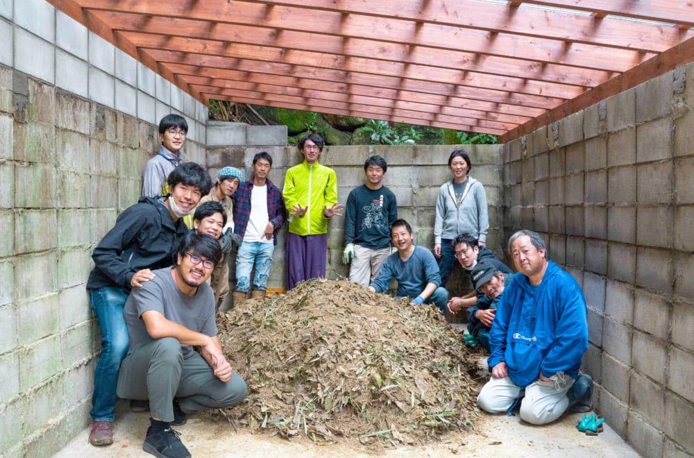 黒川温泉一帯の方々と初めての堆肥仕込み。写真左が安居さんと鴨志田さん