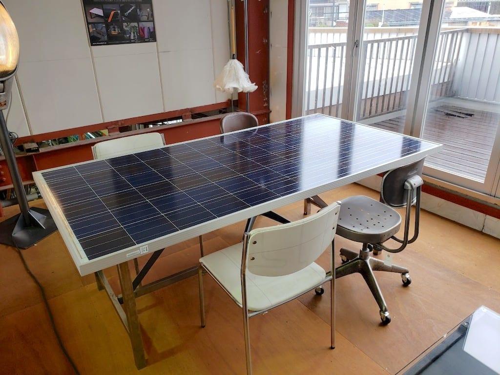ソーラーパネルをアップサイクルして作ったテーブル