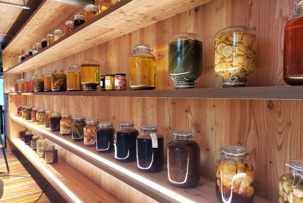食材は発酵させて保存。昼に提供した茶葉はとっておき、夜にルーフトップバーで酒の味付けに使う