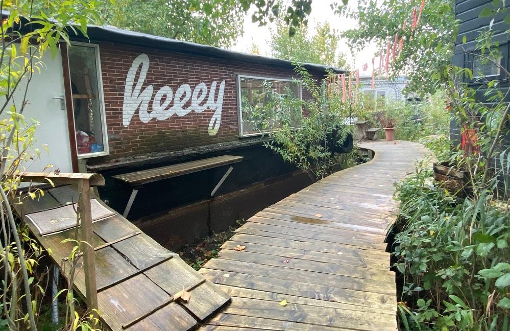 曲がりくねった遊歩道にハウスボートのオフィスを構え、その周りに竹や薮を植えて土壌汚染をろ過する