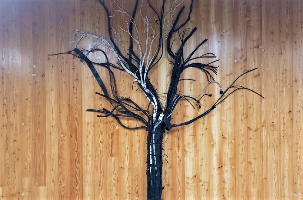 パソコンケーブルで作った木のアート作品