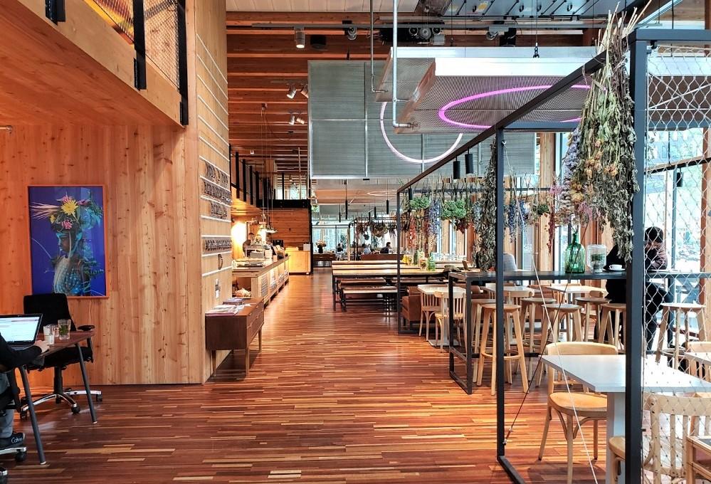 館内のカフェ