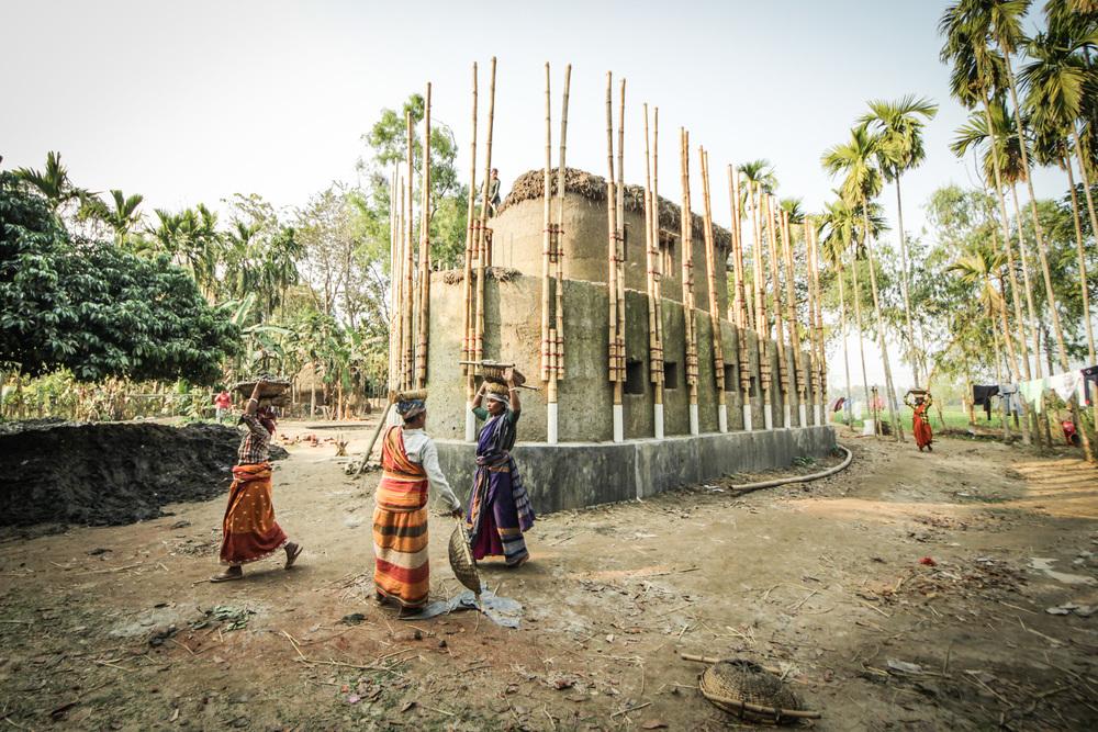 「泥」でできた障がい者と女性のための施設「Anandaloy」