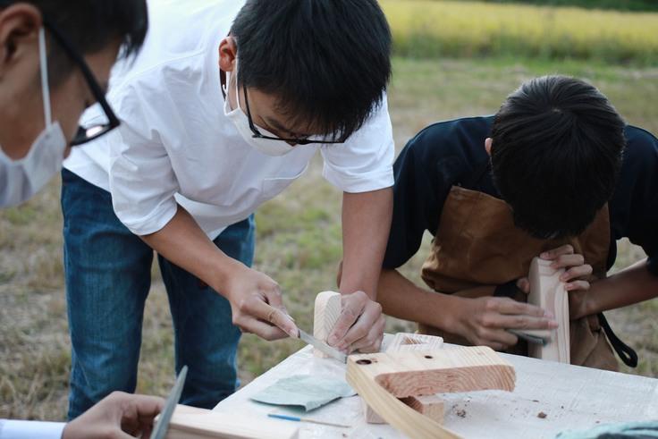 木材を加工するFabClub南小国の中学生