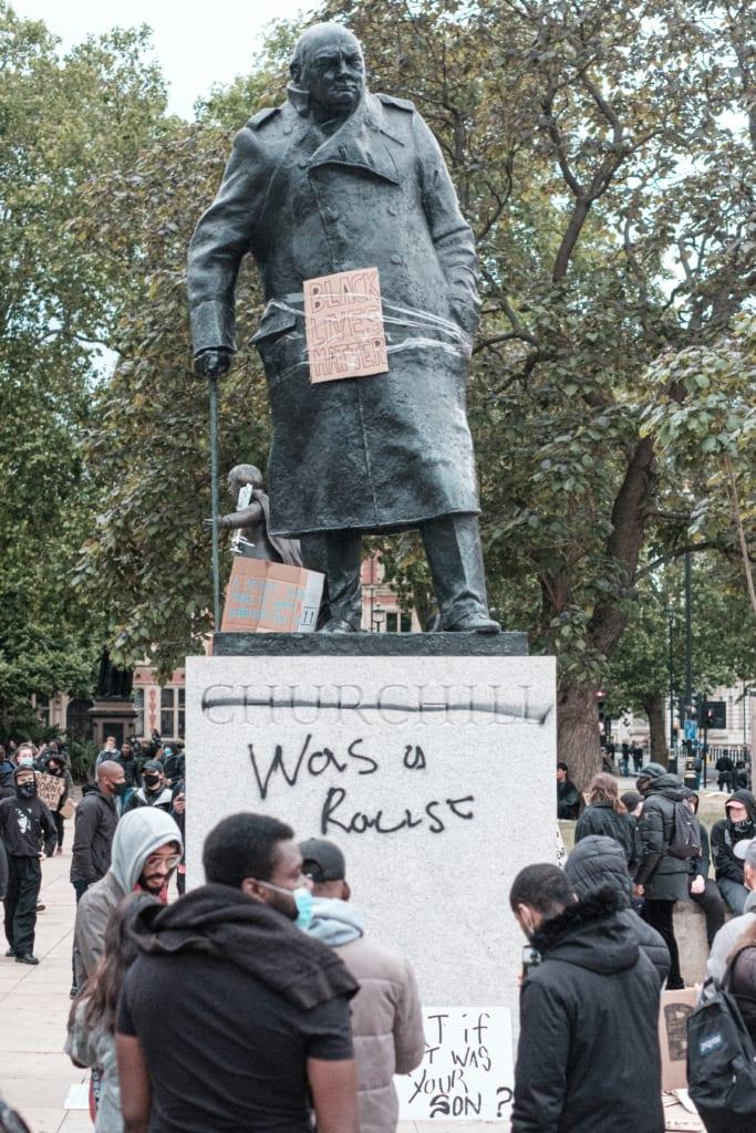 落書きされたチャーチルの銅像