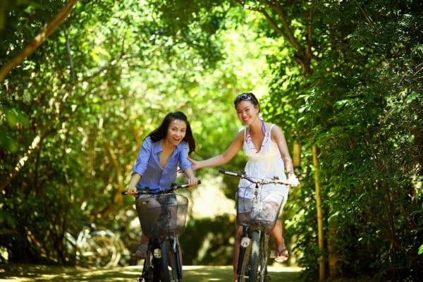 自転車で笑い合う女の子
