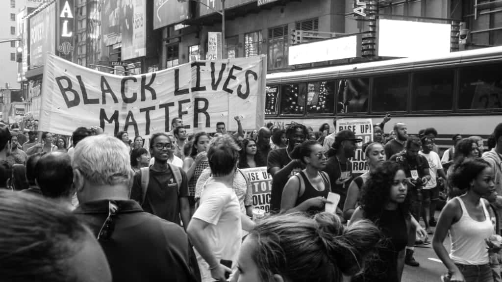 Black Lives Matterの横断幕を抱える人たち