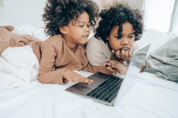 オンラインサービスを楽しむ子どもたち