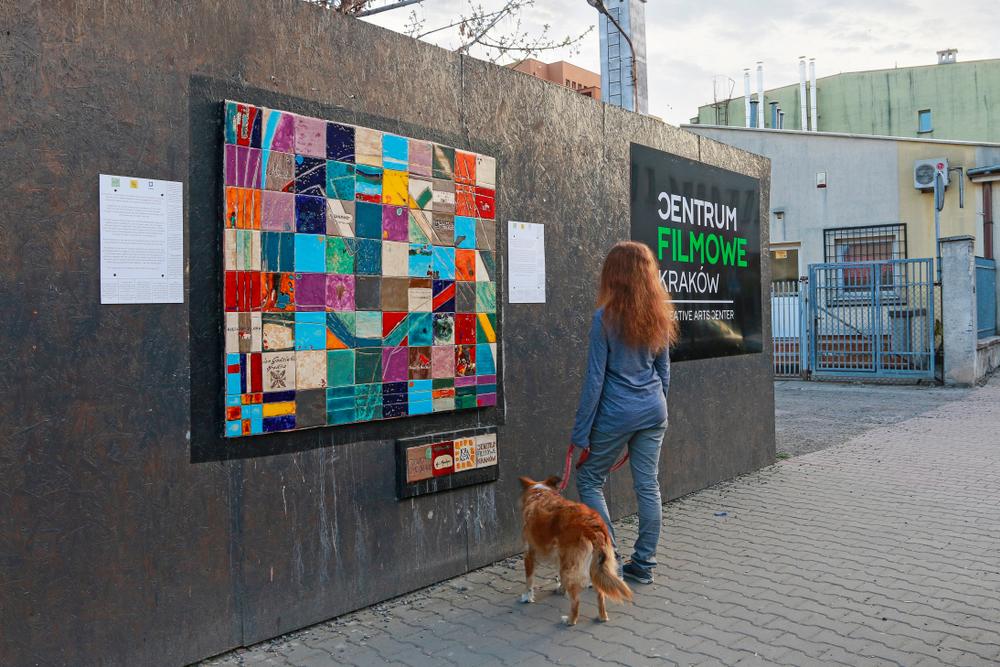 ワルシャワの街中に出現した、空気を浄化するストリートアート「City-Forests」